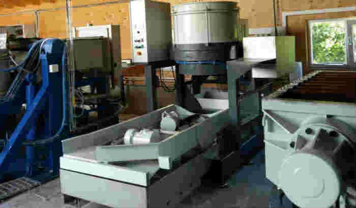 Centrifugal disc finishing machine with unloading 230 liter semi