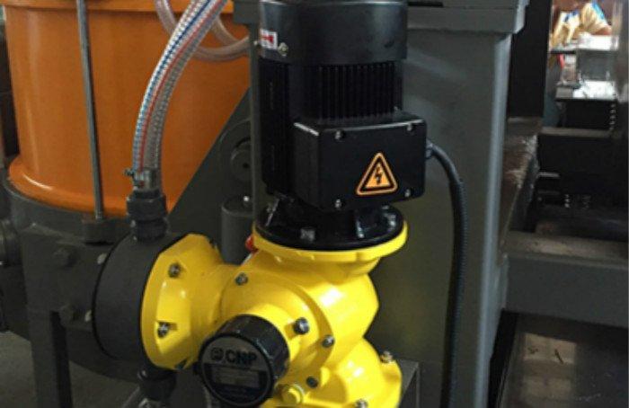 Dosing pump automatic centrifugal disc finishing machine