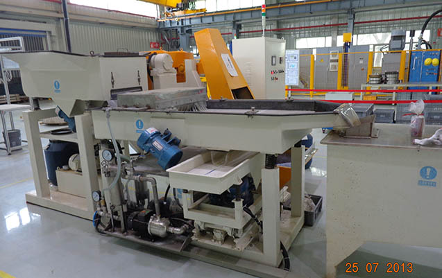 Centrifugal disc finishing machine automatic unloading