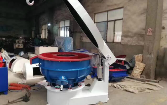 vibratory deburring machine with sound cover