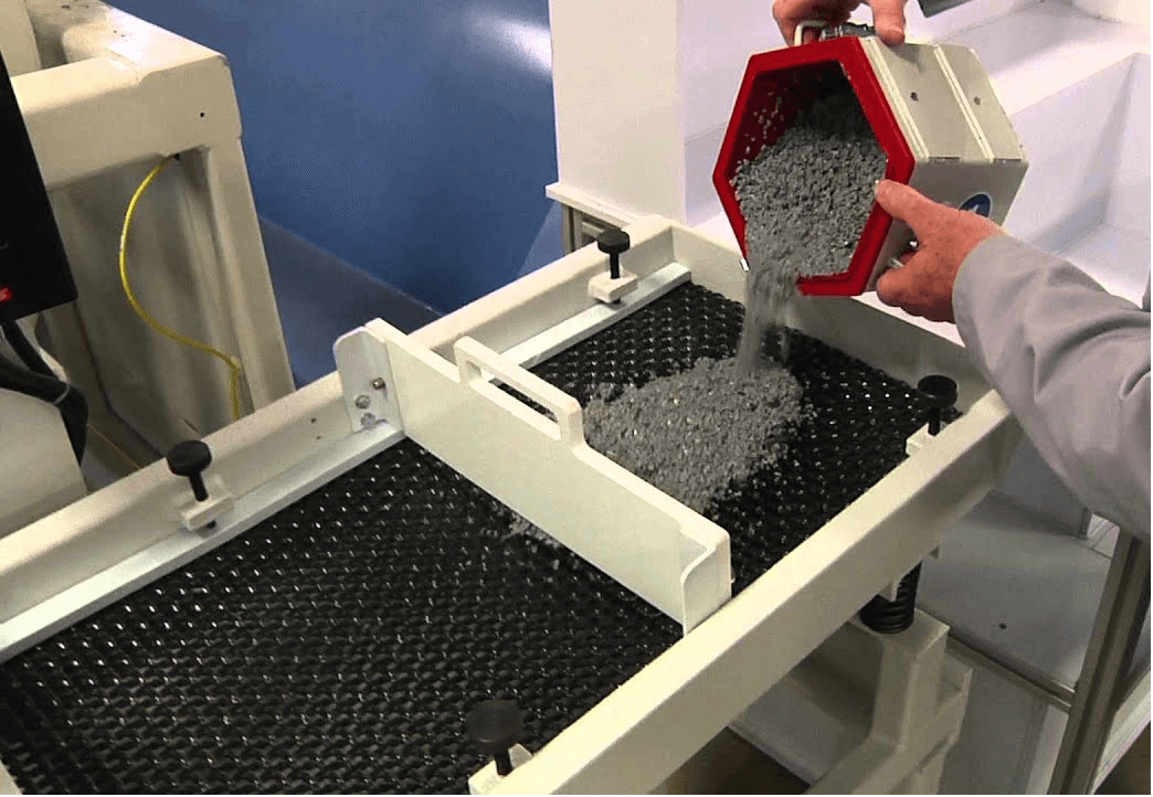 media and parts separation in vibratory separator